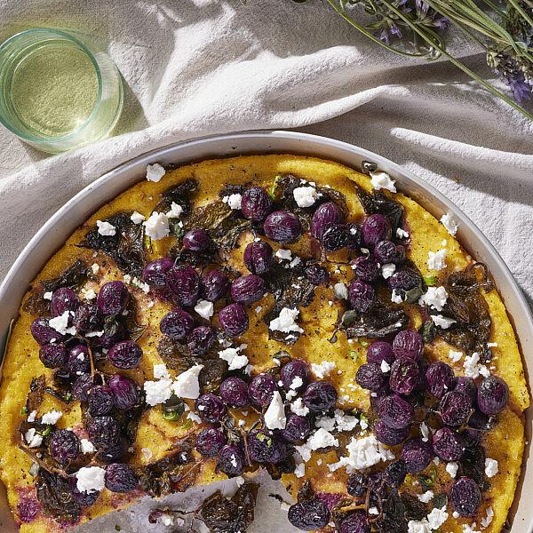 פולנטה עלי גפן, ענבים צלויים וזעתר של רינת צדוק | צילום: ניקי טרוק