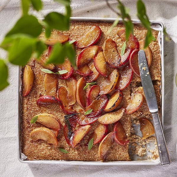 עוגת סולת כוסמין ופירות צלויים עם סירופ אניס ולואיזה של רינת צדוק | צילום: ניקי טרוק