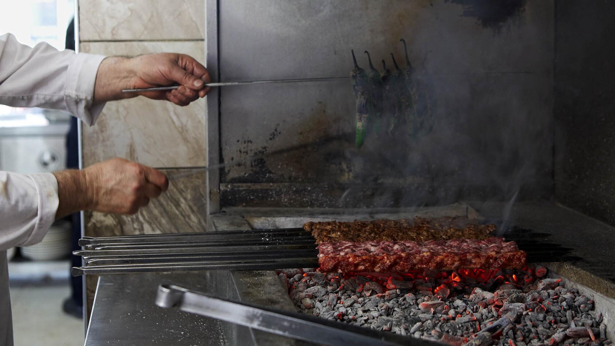 שיפודייה בגזיאנטפ, טורקיה, מתוך הספר Chasing Smoke של שרית פקר ואיתמר סורולביץ (צילום: פטרישיה ניבן)