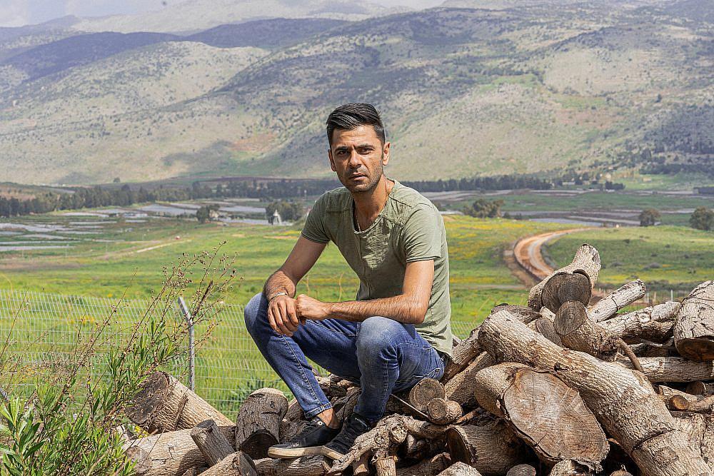 הבישול הוא המפתח שלו לעולם הגדול שף עלי ח'טיב על רקע כפר ע'ג'ר. צילום: מידן גיל ארוש