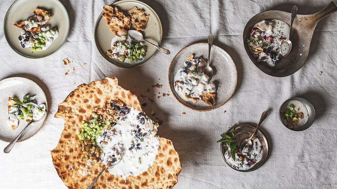 לחם בוכרי עם דג ים, מטבל יוגורט, מלפפונים וצימוקים של השף הלל תווקולי | צילום: שני בריל, סטיילינג: עינב רייכנר