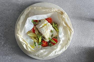 דג אפוי בזעתר, במיה, עגבניות ושומר של גל בן־משה | צילום: אנטולי מיכאלו, כלים: סטודיו עדי ניסני
