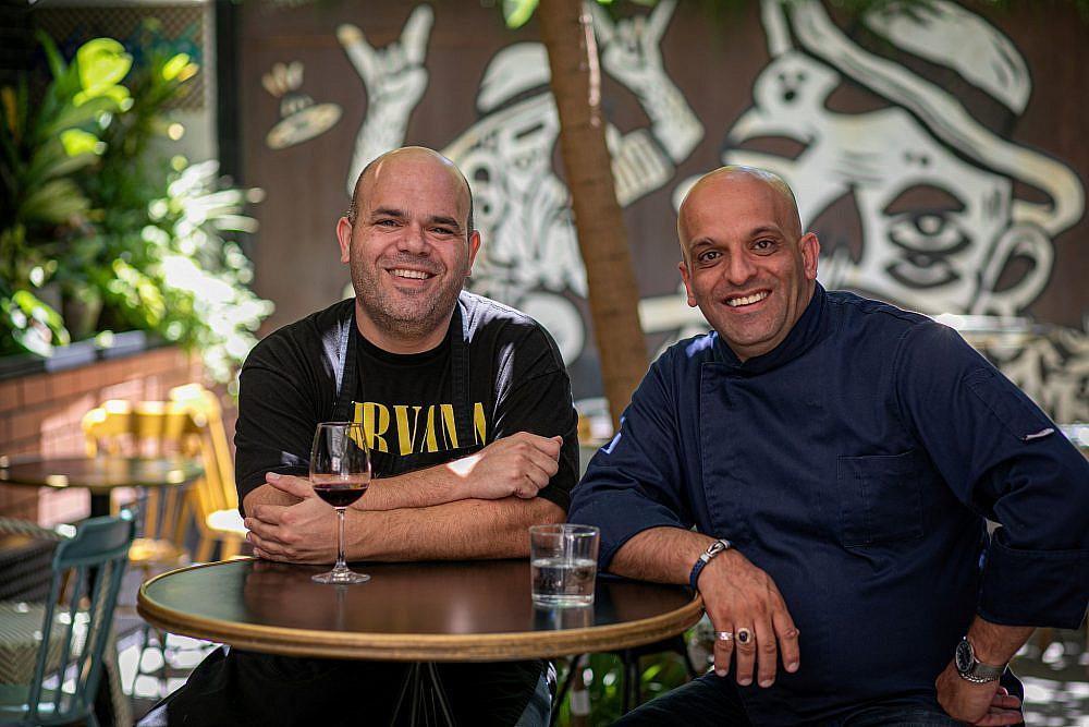 דו קיום בצלחת השפים עינב אזגורי (משמאל) ורמי אבו ליל. צילום: חיים יוסף