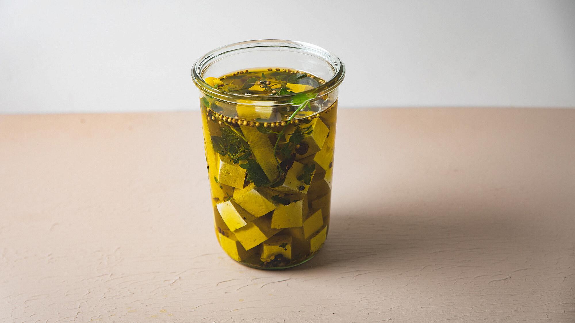 קוביות טופו במרינדת עשבים ושמן זית של רינת צדוק (צילום: שני בריל; סטיילינג: עינב רייכנר)
