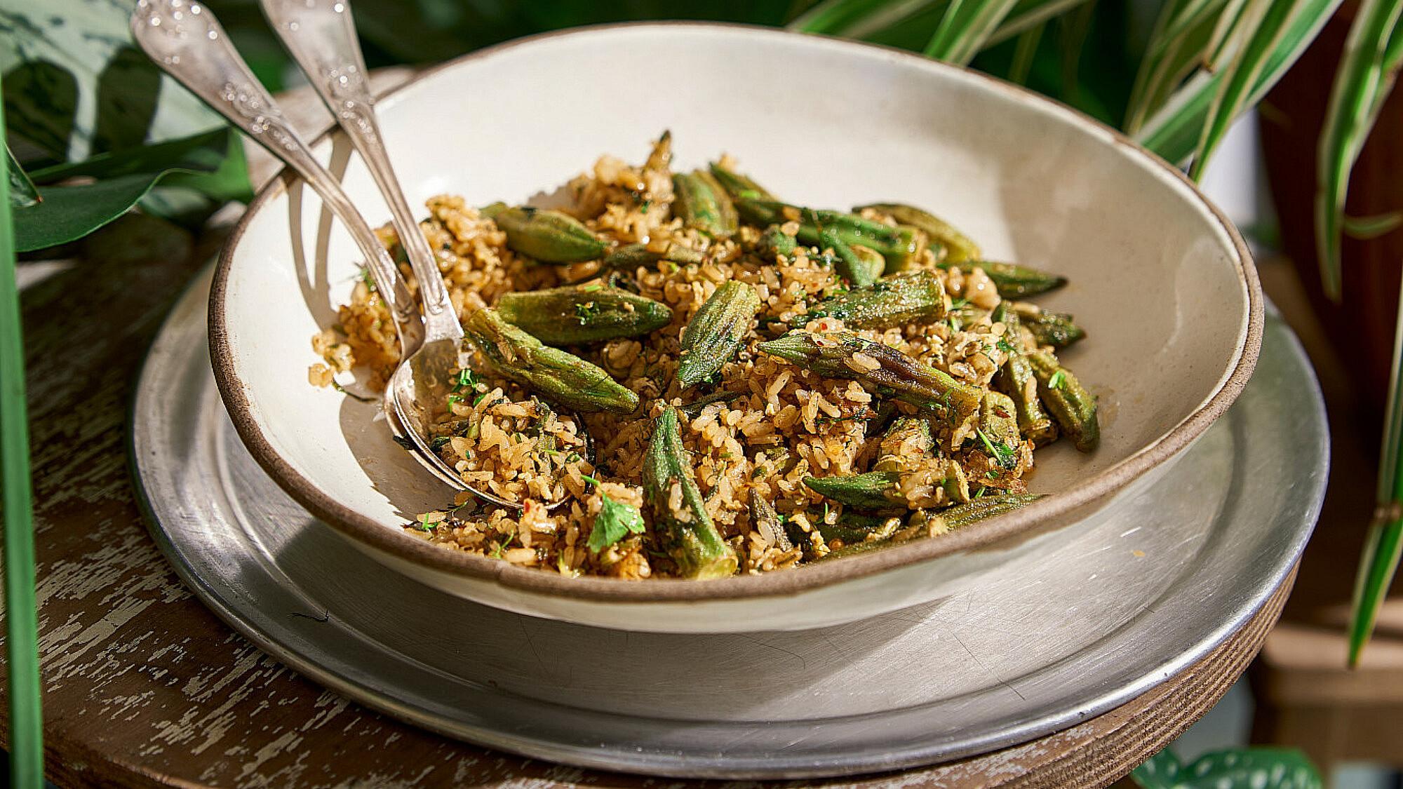 אורז עגול עם עשבים, ביצה ובמיה של שף רן וייס   צילום: אנטולי מיכאלו