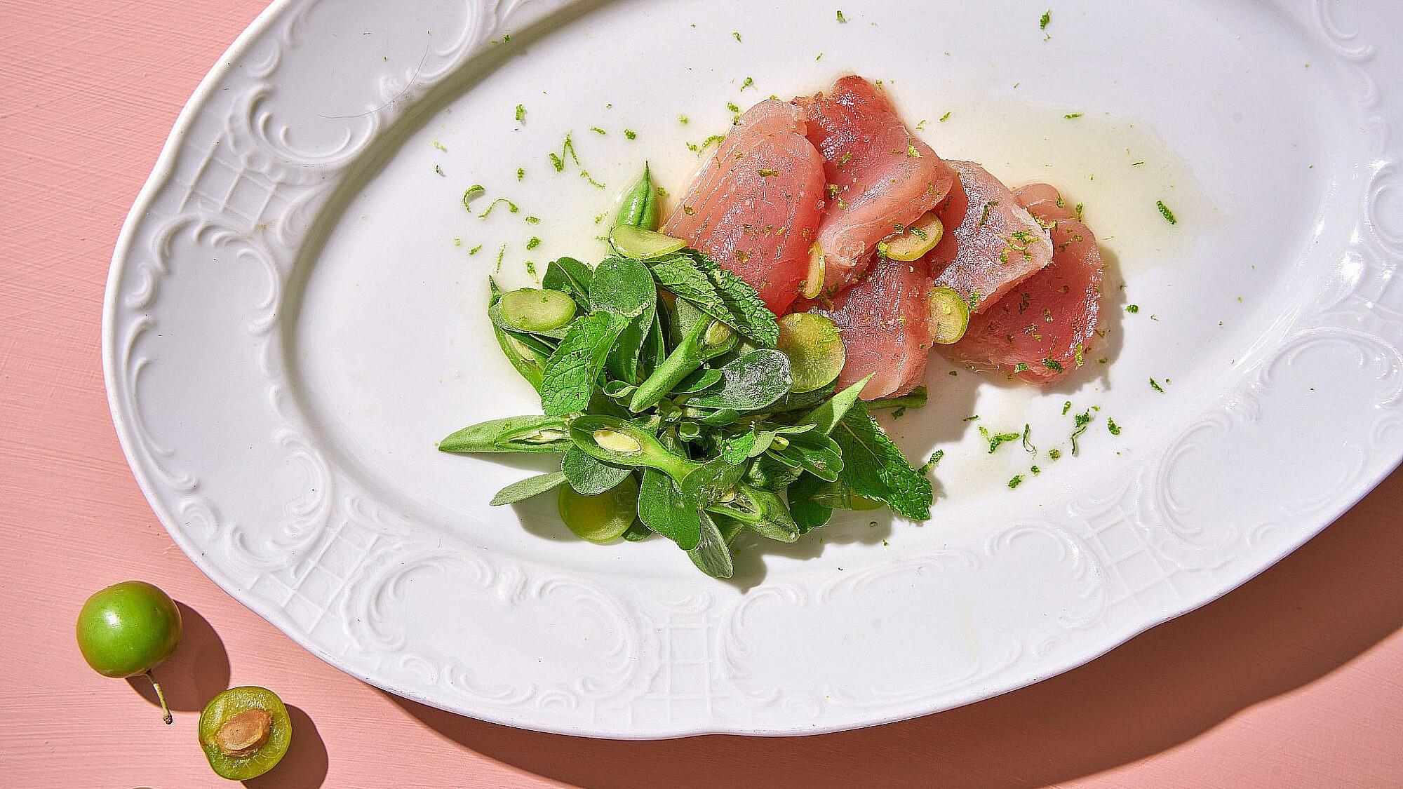דג נא וסלט ירוקים של שפית אבישג לוי | צילום: אנטולי מיכאלו