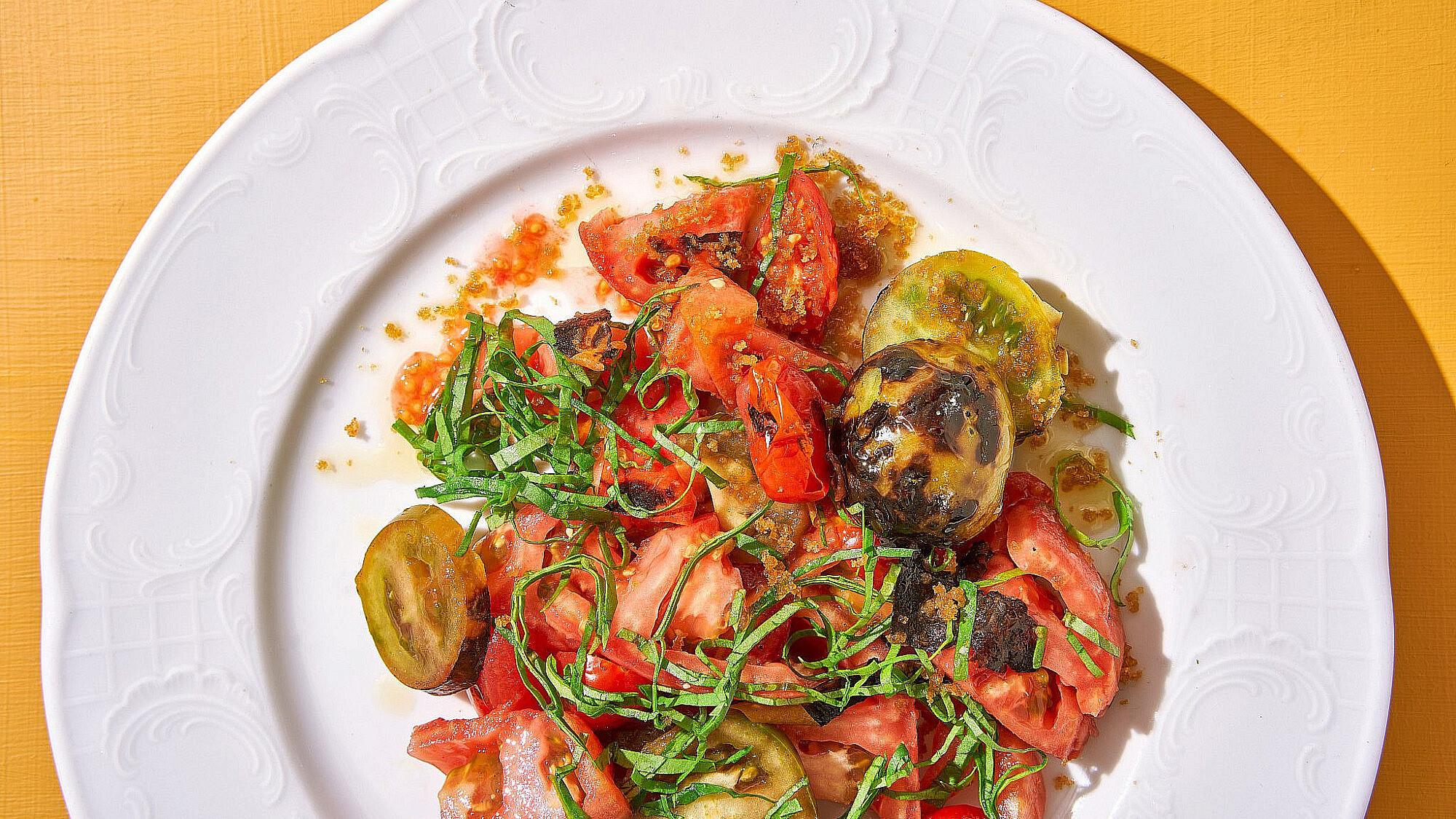 סלט עגבניות קיץ של שפית אבישג לוי   צילום: אנטולי מיכאלו