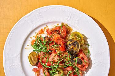 סלט עגבניות קיץ של שפית אבישג לוי | צילום: אנטולי מיכאלו