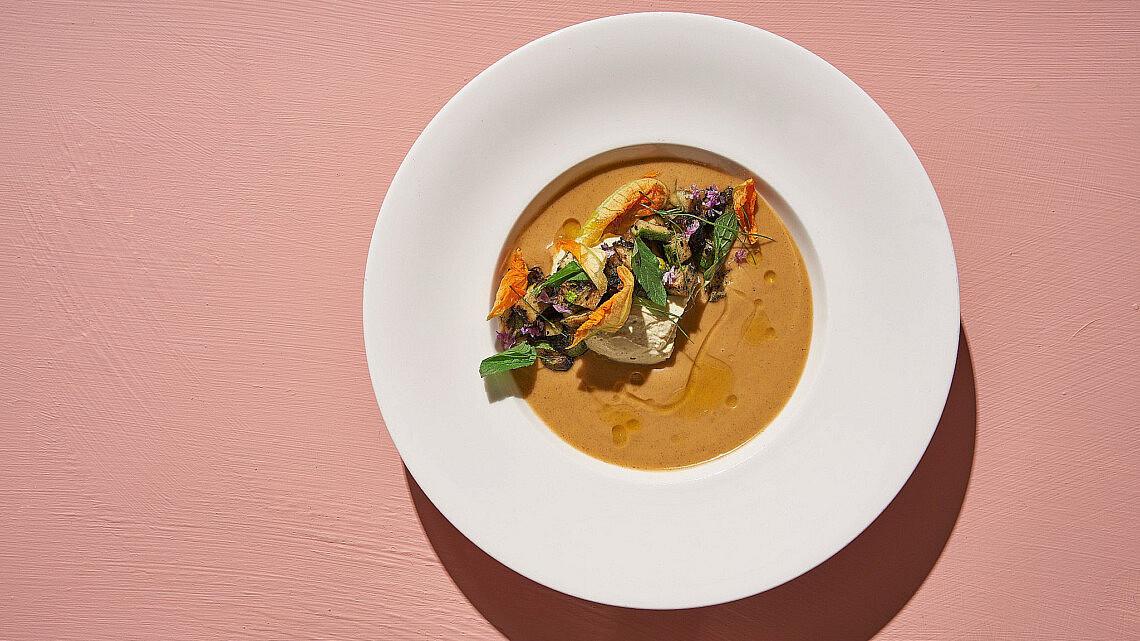 גספצ'ו שרי צהובות ואפרסק עם פנקוטה של שף אדר לוטן   צילום: אנטולי מיכאלו