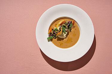 גספצ'ו שרי צהובות ואפרסק עם פנקוטה של שף אדר לוטן | צילום: אנטולי מיכאלו