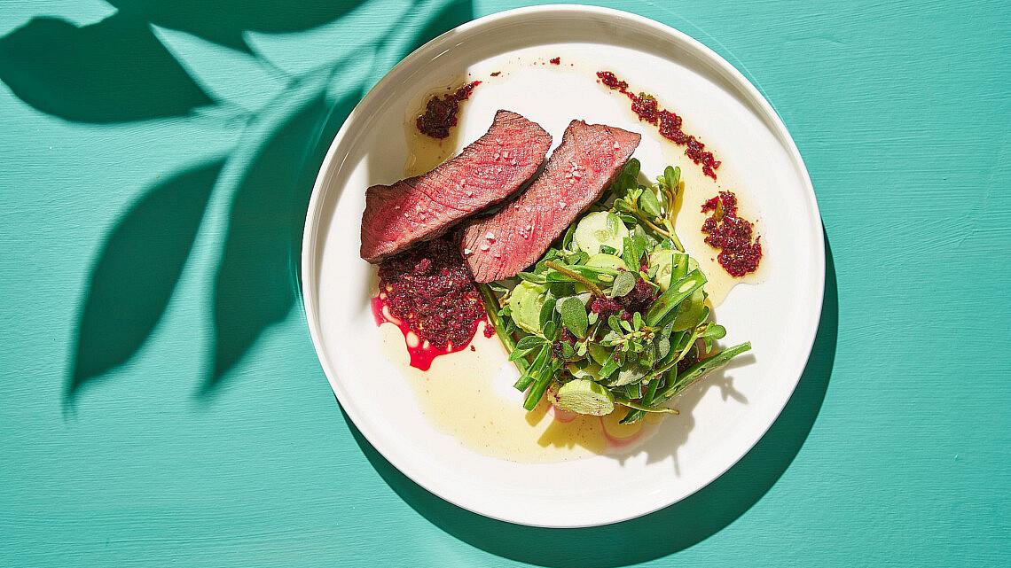 שפיץ שייטל צרוב וסלט ירוקים של שף אדר לוטן   צילום: אנטולי מיכאלו