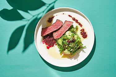 שפיץ שייטל צרוב וסלט ירוקים של שף אדר לוטן | צילום: אנטולי מיכאלו