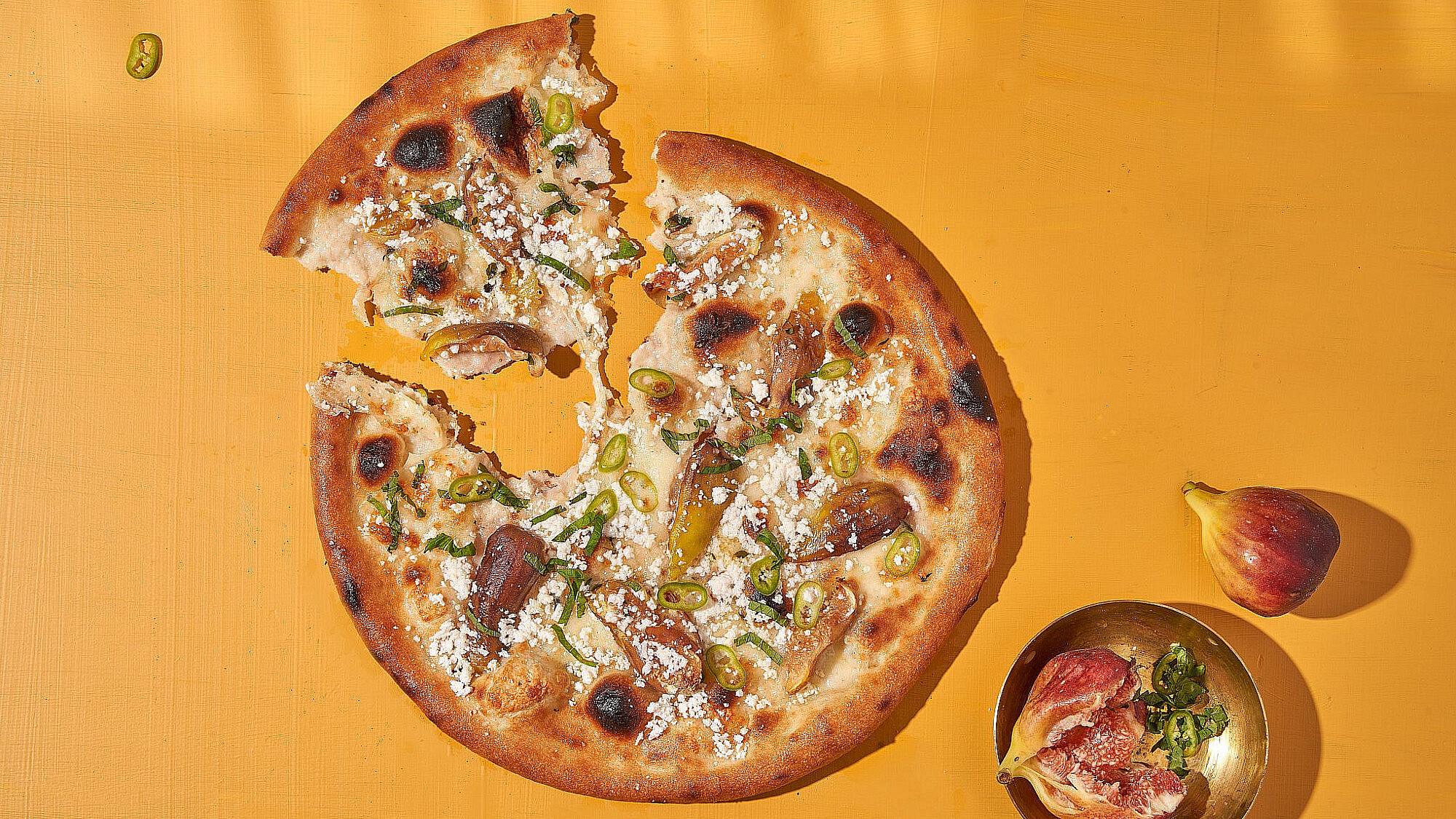 פיצה תאנים וריקוטה סלסה של שפים דניאל צור ועומר שדמי | צילום: אנטולי מיכאלו