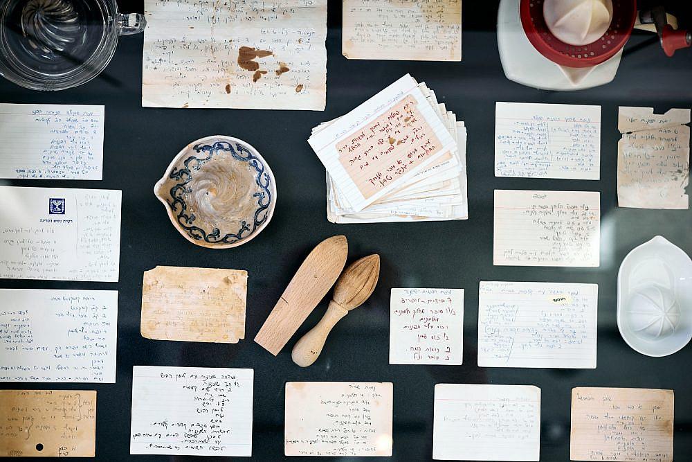 """חקרה תבשילים מסורתיים """"נחמה ריבלין – מטבח משלה"""", תערוכה באסיף. צילום: אמיר מנחם"""