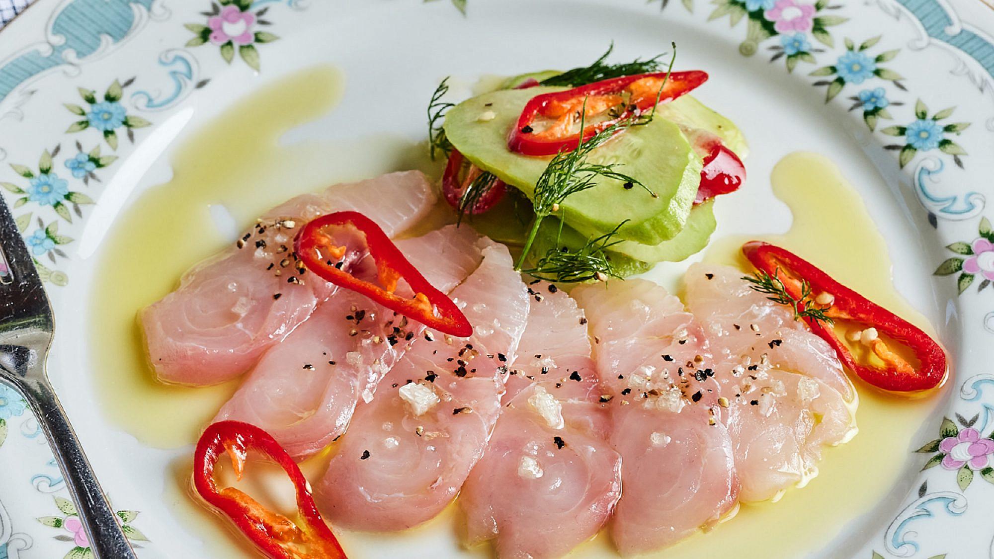 מנת דג ים נא, פקוס, צ'ילי ושמן זית לימוני בקפה אסיף. צילום: אמיר מנחם