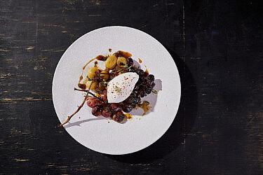 ענבים בטאבון עם גלידת יוגורט של שפים רן שמואלי וטל פייגנבאום | צילום: יהונתן בן חיים