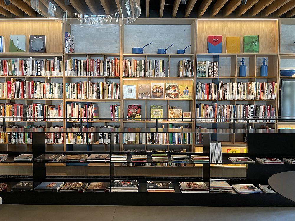 כ-1500 כותרים הספרייה של אסיף. צילום: רעות ברנע