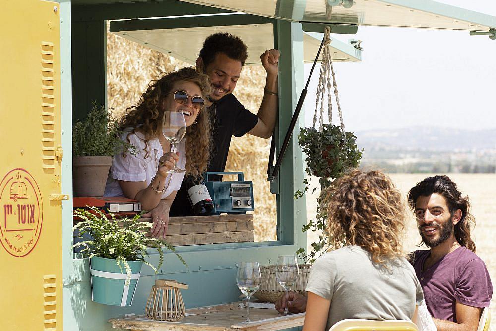 מנגישים יין ברחבי הארץ אוטו יין | צילום: רותם רוזמן יפת