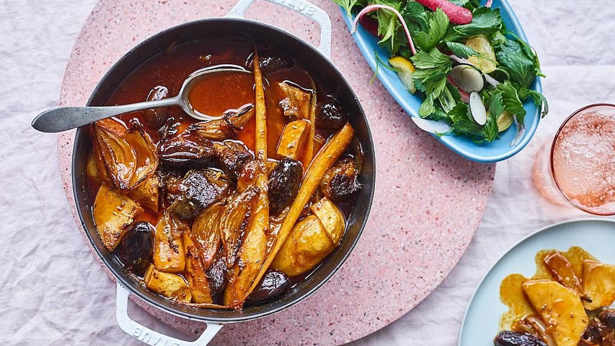 צלי בקר עם ירקות שורש ותמרי מג'הול של עדינה זוסמן. צילום: דן פרץ, סגנון: נורית קריב