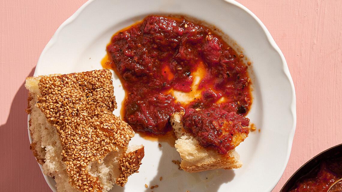 מטבוחה שזיפים וחמאה שרופה של שף רן וייס | צילום: אנטולי מיכאלו