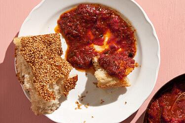 מטבוחה שזיפים וחמאה שרופה של שף רן וייס   צילום: אנטולי מיכאלו