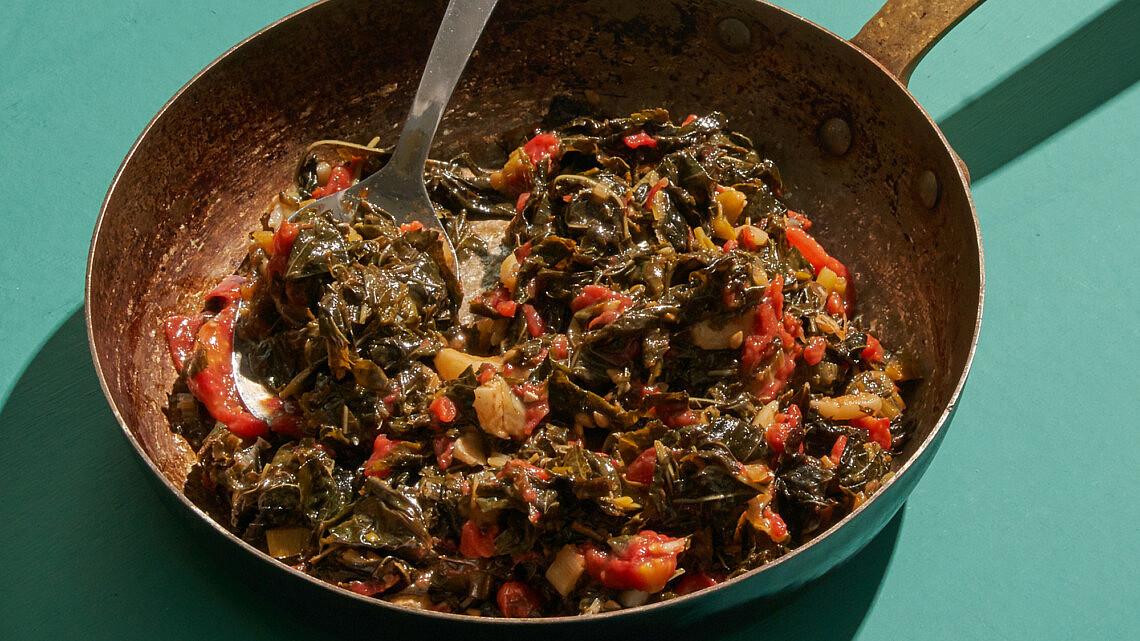 עוף צלוי על תבשיל מלוחיה ועגבניות של שף רן וייס   צילום: אנטולי מיכאלו