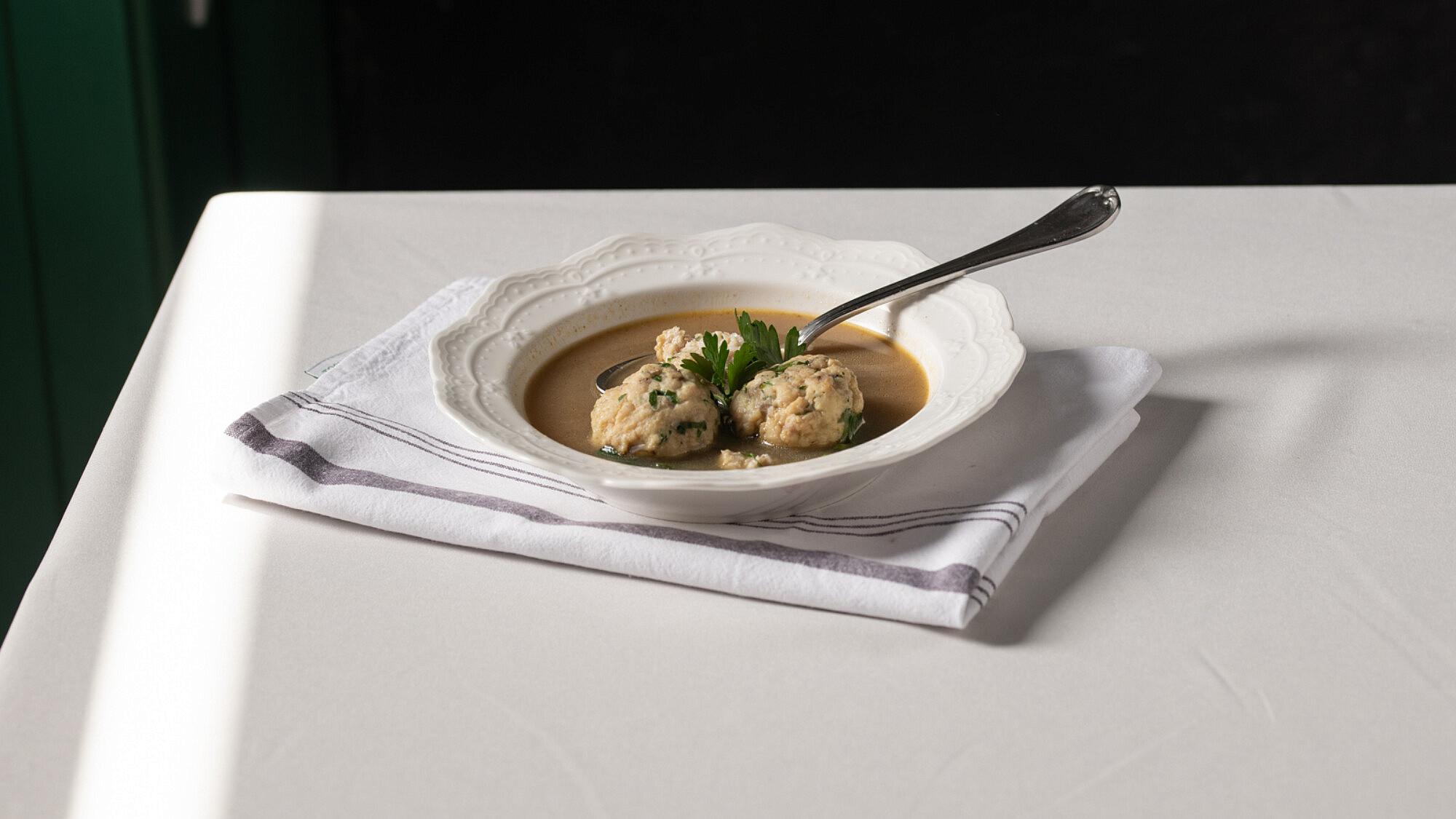 מרק עם קציצות דגים של שף אסף גבאי. צילום: נועם פריסמן