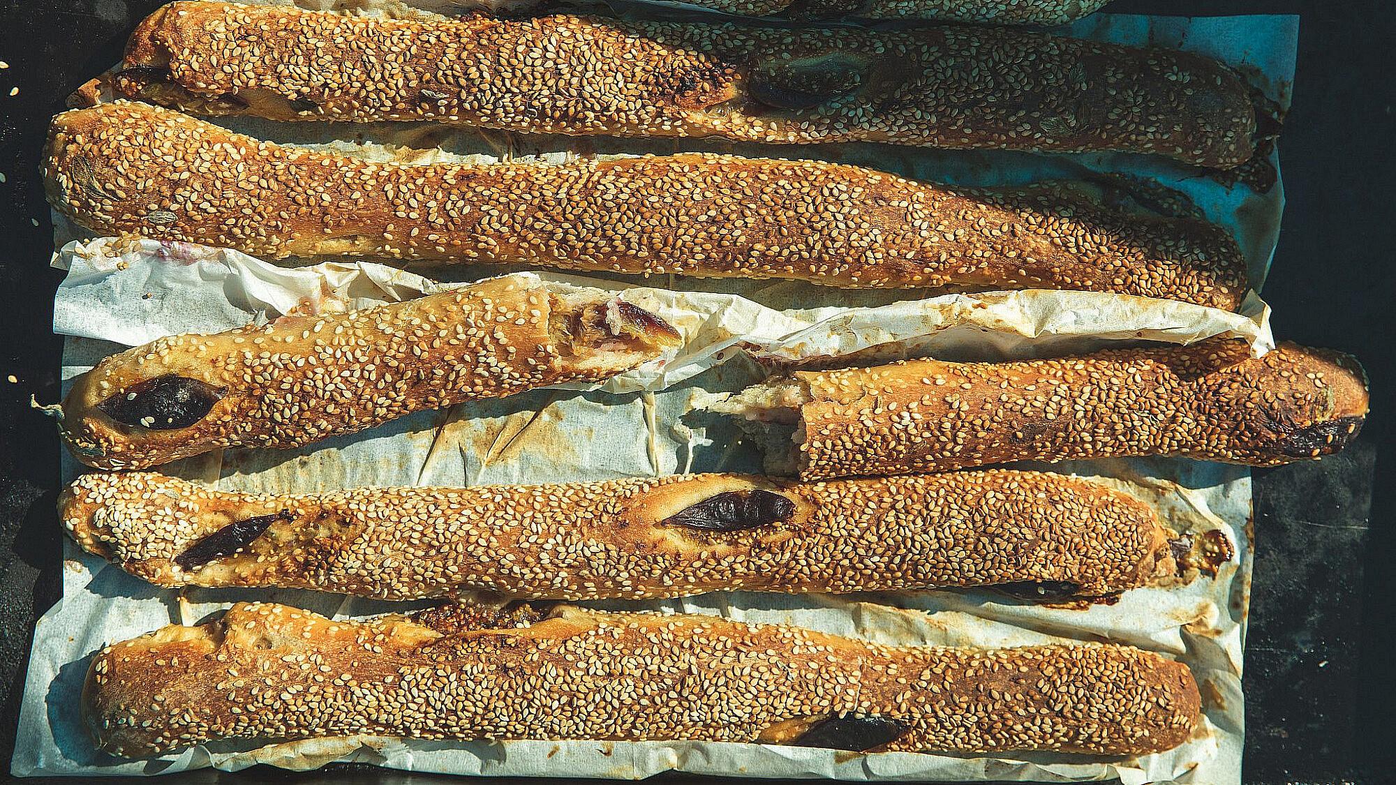 מקלות בייגלה משובצים בתאנים של מיכל חביביאן. צילום: שני בריל