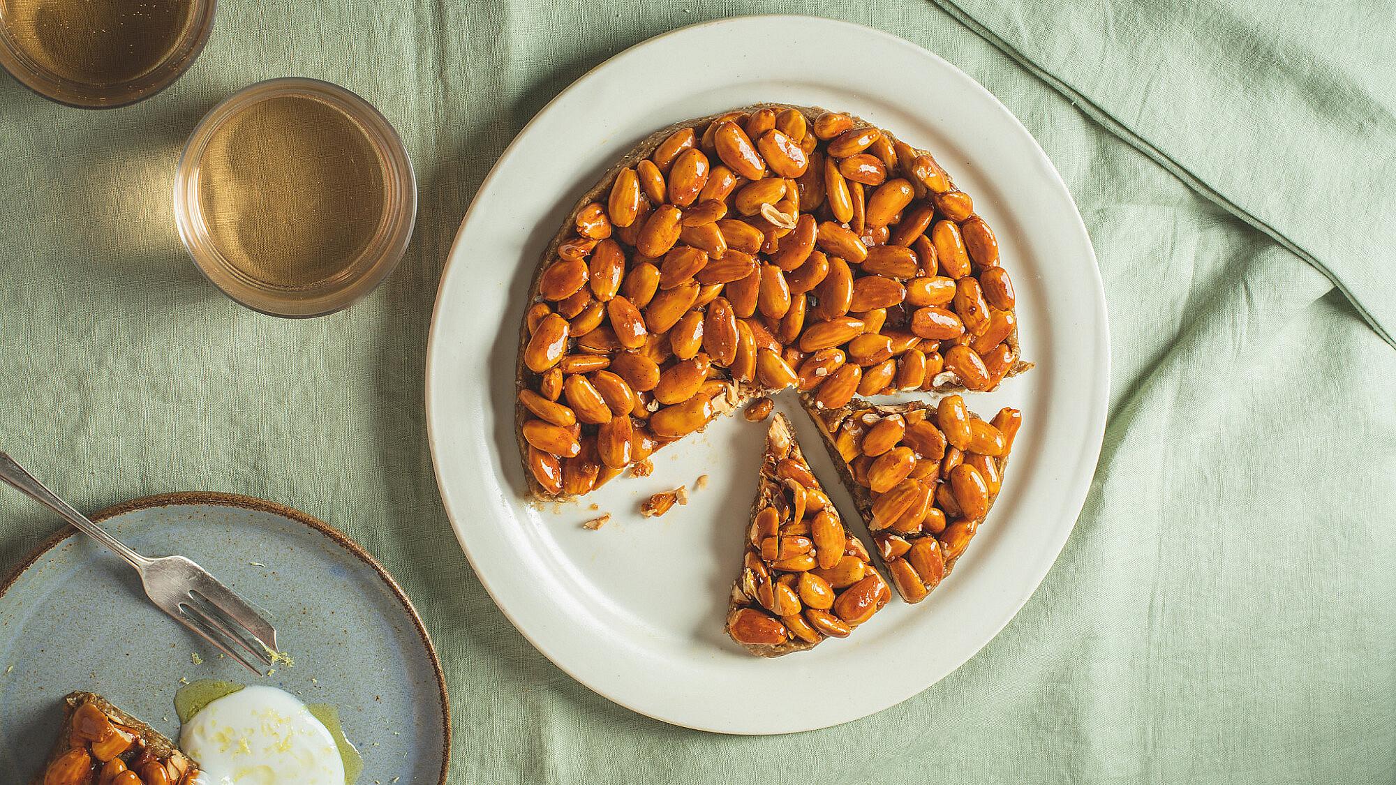 עוגת תמרים ושקדים מקורמלים של רינת צדוק. צילום: שני בריל   סטיילינג: אינה גוטמן