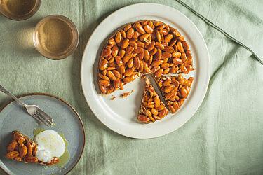 עוגת תמרים ושקדים מקורמלים של רינת צדוק. צילום: שני בריל | סטיילינג: אינה גוטמן