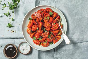 סלט עגבניות שרי תמרים בשמן תבלינים חם של רינת צדוק. צילום: שני בריל | סטיילינג: אינה גוטמן