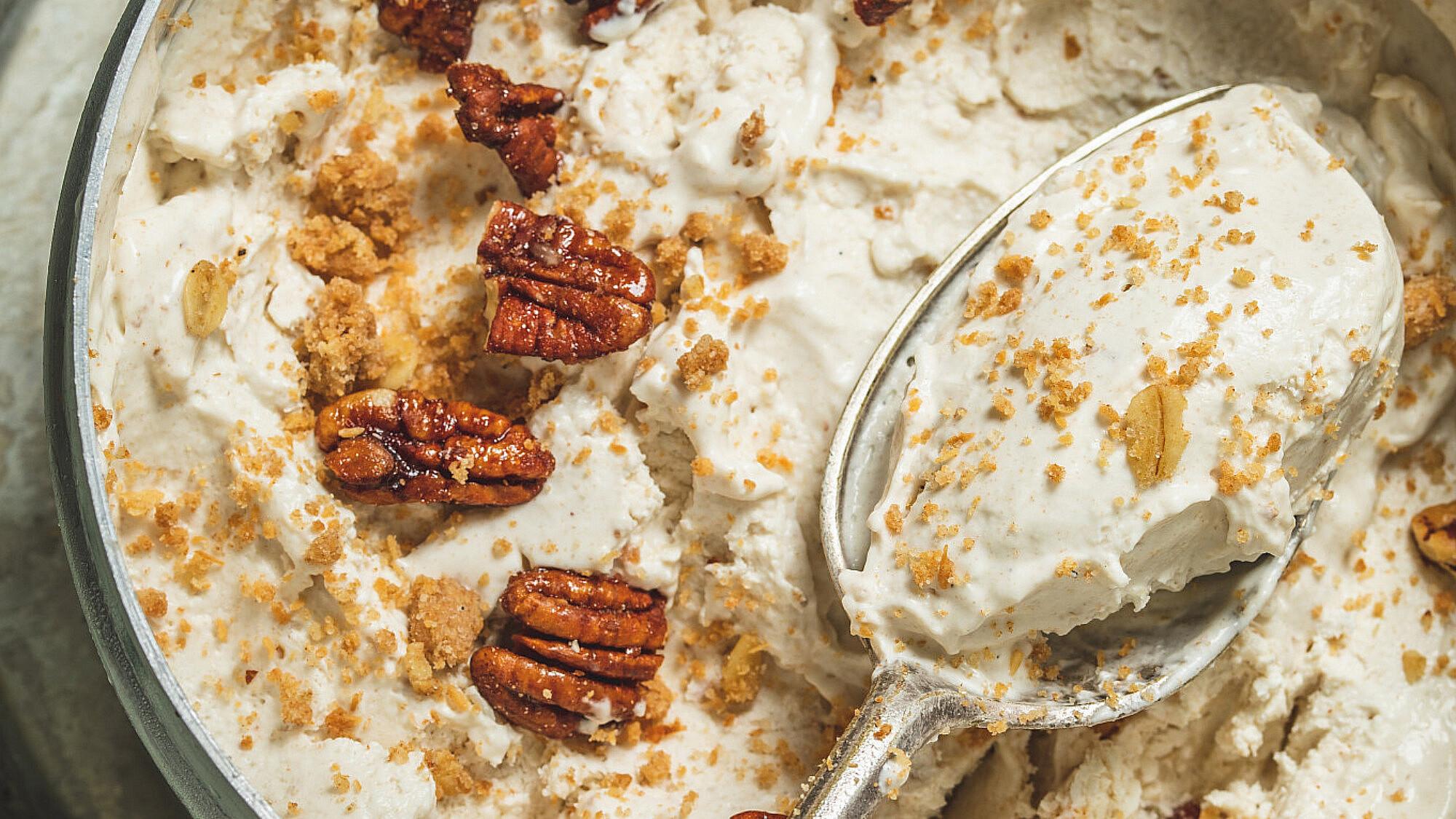 גלידת תמרים, תערובת אגוזים וקרמבל הל של רינת צדוק. צילום: שני בריל, סטיילינג: אינה גוטמן