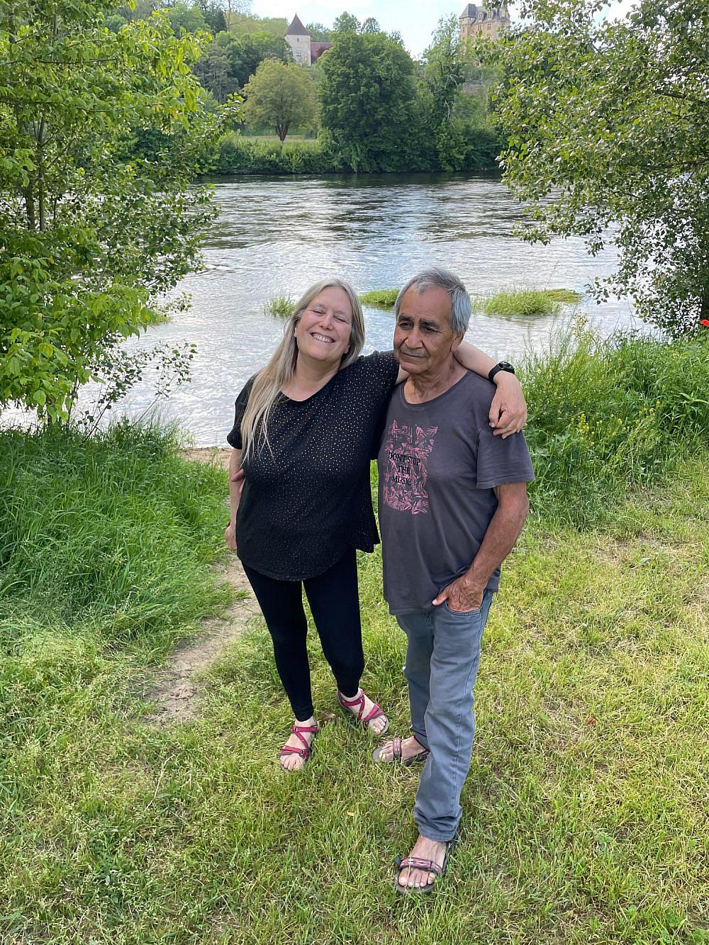 למרגלות הנהר שליד ביתם בברנטום בני הזוג אורי ורותם בר. צילום: דפי קרמר