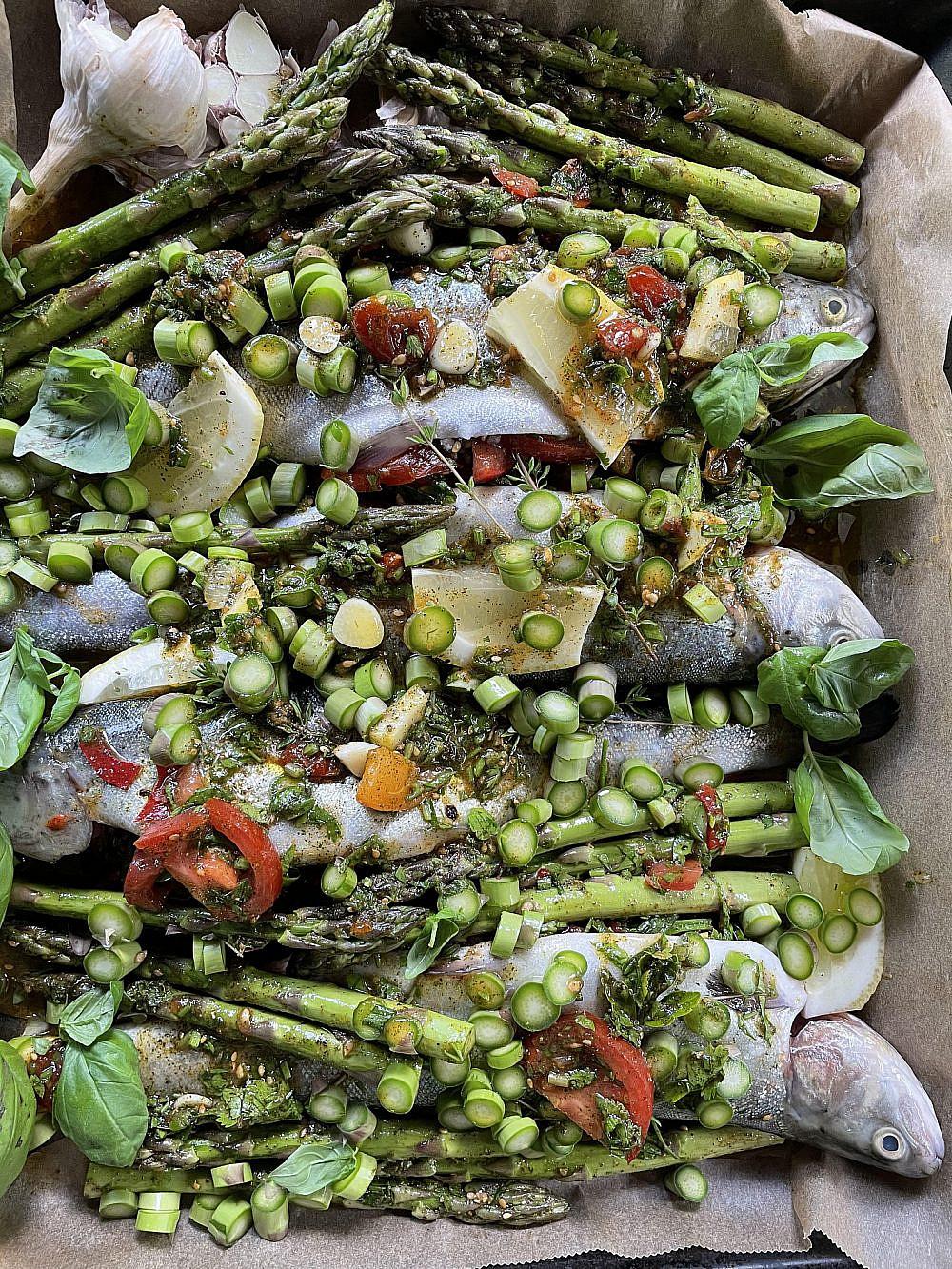 טעמים עגולים, עדינים ומתקתקים פורלים טריים ממולאים במחית אגוזים, דובדבנים, עשבי בר, אספרגוס, לימונים ואריסה. צילום: דפי קרמר