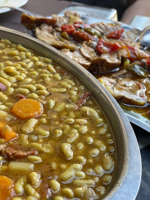 חלום של ארוחת פועלים שעועית לבנה מעושנת, מבושלת עם גזרים, תפוחי אדמה, שום, סלרי ופטריות יער. צילום: דפי קרמר