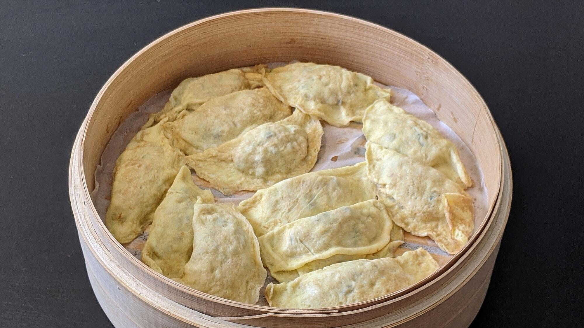 כיסוני ביצים במילוי בשר – Dàn jiǎo של דקלה חיון. צילום: דקלה חיון