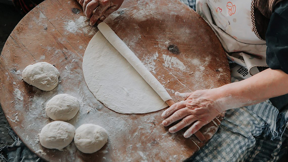 אישה איטלקיה מכינה פסטה. צילום: shutterstock